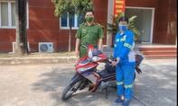 Công an quyên góp tặng xe máy mới cho nữ lao công bị cướp
