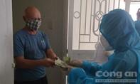 Đà Nẵng: Đến từng nhà trao tiền hỗ trợ người dân cách ly