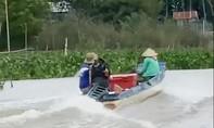 Bất chấp dịch bệnh, 2 anh em lái xuồng đến biên giới Campuchia mua cá
