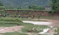 1 phụ nữ đi qua suối bị nước lũ đổ về cuốn trôi