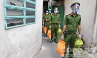 TPHCM: Lực lượng Công an miệt mài đưa gạo, rau củ đến tặng từng nhà dân
