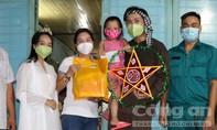 TPHCM: Trẻ em bất ngờ vì được 'chú Cuội, chị Hằng' gõ cửa tặng quà