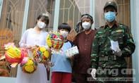 TPHCM: Đội mưa, gõ cửa từng nhà để tặng quà Trung thu cho trẻ em