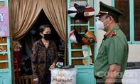 Công an TPHCM trao gạo nghĩa tình và tủ thuốc 0 đồng tại quận Phú Nhuận