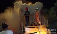 Gần 5 giờ dỡ hàng, chữa cháy xe container ngay đầu hầm Hải Vân