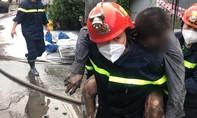 Cảnh sát cứu 3 cha con trong căn nhà cháy ở TPHCM, người cha không qua khỏi