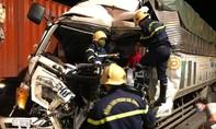 Cảnh sát giải cứu lái xe bị kẹt trong cabin bẹp dúm sau tai nạn