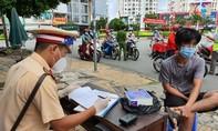 Thanh niên ở TPHCM ra đường không có giấy tờ, còn bao biện việc vi phạm
