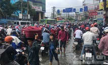"""""""Choáng"""" với kẹt xe, ngập nước ngày đầu tuần ở Sài Gòn"""