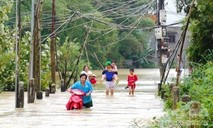 3 người bị cuốn trôi, hơn 1.000 căn nhà chìm trong nước lũ