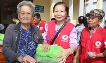 Hàng trăm phần quà đến bà con ở 'xóm Việt kiều'