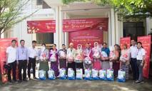 Hoa Sen tặng gần 1.000 phần quà và 100 xe đạp cho người nghèo, học sinh
