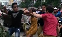 Clip: Anh Tây bị đánh đổ máu sau va chạm giao thông