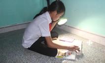 Không có điện, học sinh thôn Gò Tranh phải học bài bằng đèn pin