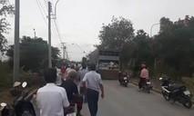Người dân chặn xe chở bình ac-quy cũ, phản đối cơ sở xử lý chất thải