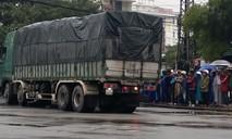 Xe tải cuốn xe máy vào gầm, một phụ nữ tử vong tại chỗ
