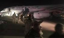 Máy bay hạ cánh bằng mũi, tóe lửa trên đường băng