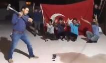 Người dân Thổ Nhĩ Kỳ dùng búa tạ đập nát iPhone phản đối Mỹ
