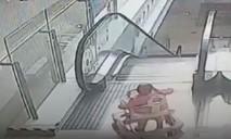 Clip bé 9 tháng tuổi rơi xuống thang cuốn do cha mẹ lơ đễnh