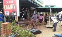 Xe bán tải mất lái tông sập quán cà phê bên đường