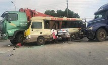 Hai vợ chồng bị 3 ô tô kẹp vào giữa, tử vong thương tâm