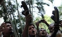 Clip chính trị gia Ấn Độ hỗn chiến bằng dép trên sóng truyền hình
