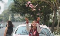 """Giới trẻ thích thú """"check-in"""" bên hàng cây hoa kèn hồng"""