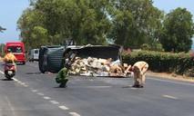 Xe tải lật, hàng trăm hộp sữa tràn xuống đường