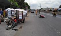 Xe máy nổ lốp té xuống đường, một người bị xe ba gác tông chết