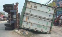 Xe container lật giữa đường, đè 3 người trên xe máy tử vong