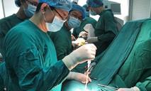 Lấy tĩnh mạch ở chân 'bắc cầu mạch máu' từ cổ lên não cứu bệnh nhân