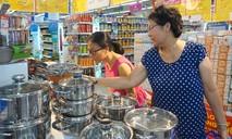 Siêu thị đông kín người mua hàng ưu đãi vào đầu tuần