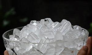 Uống nước đá có thể gây suy thận, tử vong