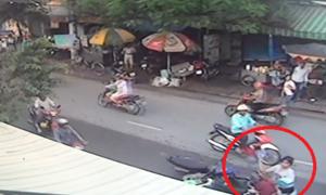 Nữ công nhân hạ gục tên cướp giật dây chuyền trên đường phố Sài Gòn