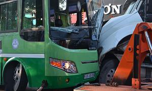 TP.HCM: Container tông nát đầu xe buýt ngày đưa ông Táo về trời