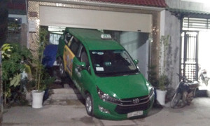'Ma men' lái taxi đâm sập cửa nhà dân rồi cầm dao đe doạ