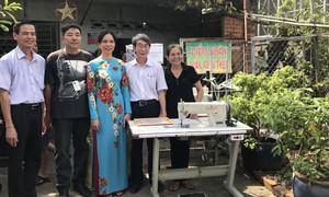 Tặng phương tiện học tập cho lớp học Nhân Ái