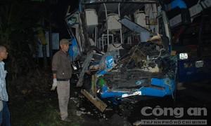 Xe giường nằm tông đuôi xe tải làm 13 người thương vong
