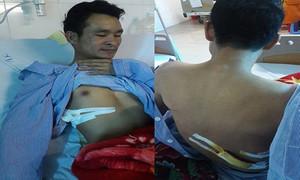 Đưa cô gái bị tai nạn đi bệnh viện, nam thanh niên bị đâm thấu phổi