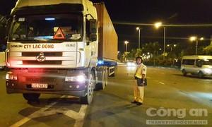 """Dẹp """"nạn"""" xe container, ôtô tải dừng đỗ gây nguy hiểm trên đường Nguyễn Văn Linh"""