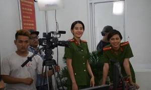 Hoa khôi Nam Em rạng rỡ, xinh đẹp trong quân phục công an