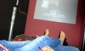 Bé gái 13 tuổi bị bạn trai rủ vào rạp phim làm chuyện 'người lớn'