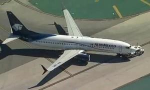 Máy bay va chạm xe tải khiến nhiều người bị thương