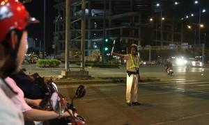 Ảnh: CSGT Công an TP.HCM căng mình trong đêm Giao thừa