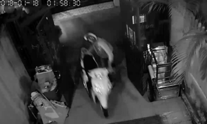 Nhóm trộm mặc đồ GrabBike 'cuỗm' 3 xe máy trong đêm ở Sài Gòn