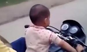 Bé trai 3 tuổi điều khiển xe máy 'phóng' hơn 60 km/h