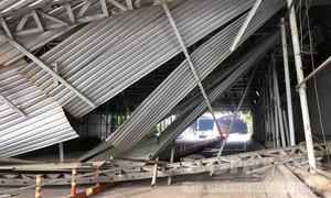 Hầm Thủ Thiêm bị phong tỏa hoàn toàn vì xe tải tông sập mái che