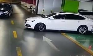 Lùi xe không được, người phụ nữ tông vào hàng loạt siêu xe