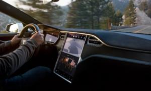 Bật chế độ tự lái rồi nằm ngủ, lái xe Tesla bị cảnh sát tóm