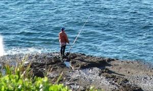 Ngồi câu cá, vô tình 'kéo cần' được túi cocain trị giá 4 triệu USD